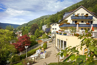 Front-Terrasse mit Sitzgelegenheit des Wellnesshotel Rothfuss in Bad Wildbad